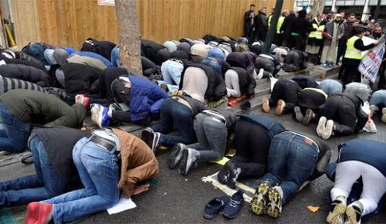 France Praying Namaz On The Road Due To Lack Of Space