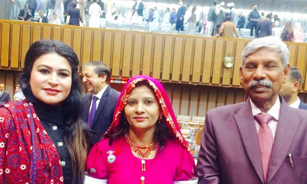 سینیٹر کرشنا کولہی نے تھر کے روایتی لباس میں حلف لیا