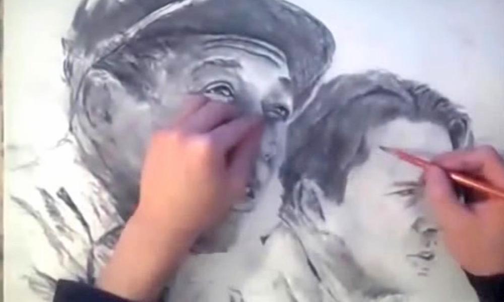 مصور جو دونوں ہاتھوں سے پو رٹریٹس بنائے