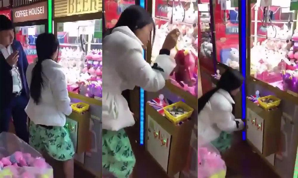 ہیرا پھیری کرکے مشین سے کھلونے نکالنے والی چینی خاتون