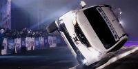 ڈرائیور کا دو پہئیوں پر گاڑی چلانے کا مظاہرہ