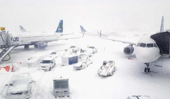 مانچسٹر، برمنگھم میں شدید برف باری، ہیتھرو ایئرپورٹ پر 150پروازیں منسوخ