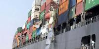 کراچی: سمندر میں غوطہ خور زیرآب کنٹینرز کی تلاش میں مصروف