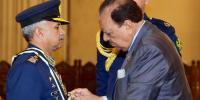 صدر پاکستان نے ایئر چیف مارشل مجاہد انور خان کو نشانِ امتیاز (ملٹری) عطا کیا