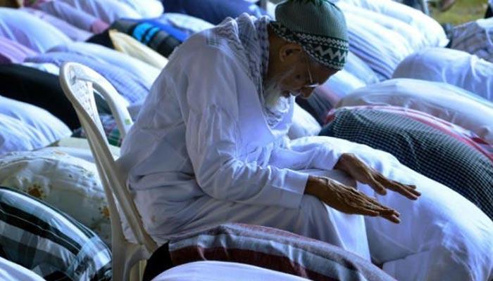 کیا تھکاوٹ کی وجہ سے بیٹھ کر نماز پڑھ سکتے ہیں؟
