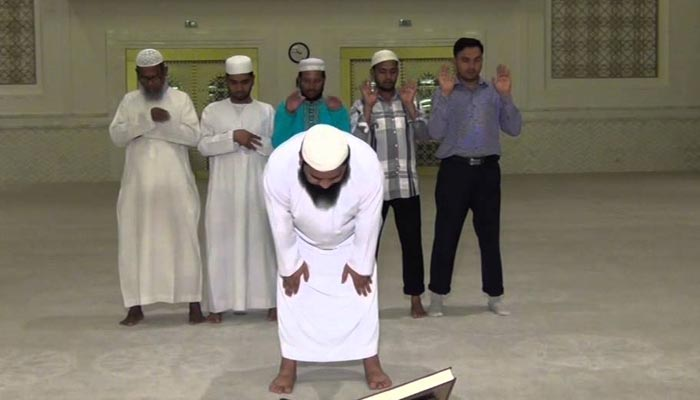 نماز کے دوران حالتِ قیام میں دونوں پیروں کے درمیان کتنا فاصلہ ہونا چاہئے ؟