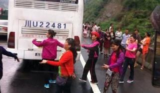 خواتین نے ٹریفک جام میں وقت گزارنے کا دلچسپ انداز اپنالیا