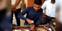 بھارتی نوجوان نے30 سیکنڈ میں 6کچے انڈے نگل لئے