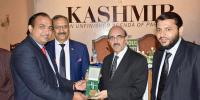 آزاد کشمیر کے صدر نےصحافی عرفان صدیقی کو گولڈ میڈل سے نوازا
