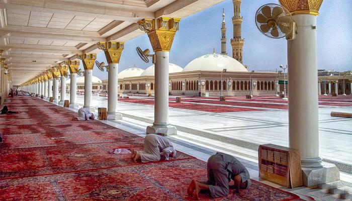 مسجد نبوی کی راہداری کےقالین تبدیل