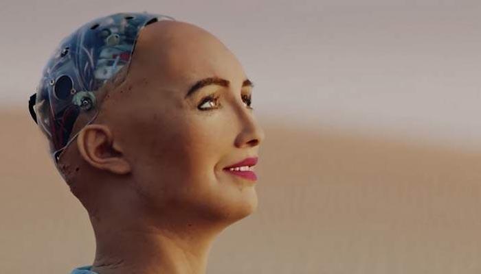 روبوٹ صوفیا ابوظہبی میں دلچسپ مہم جوئی کے لیے پہنچ گئی