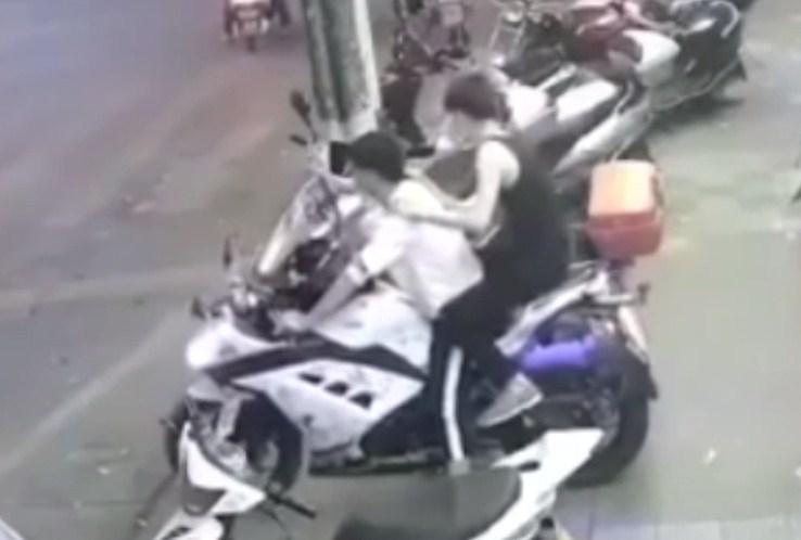 چینی نوجوان نے ہیوی بائیک پر بیٹھے دوست کو گِرا دیا