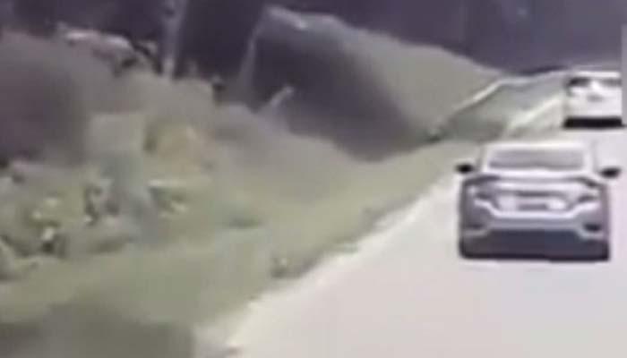 تائیوان میں تیز رفتار گاڑی مخالف سمت سے آتی کار سے ٹکرا گئی