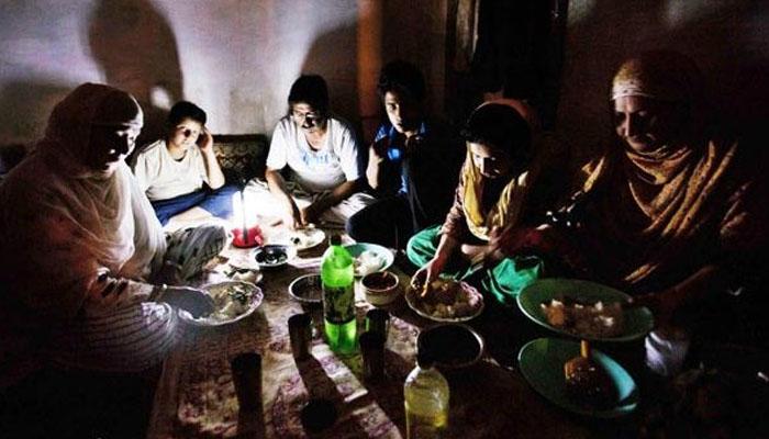 کراچی کےمختلف علاقوں میں بغیربجلی کے سحری