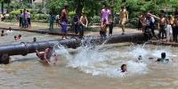 لاہور میں منچلوں نے دوستوں کے ہمراہ نہر پر ڈیرے ڈال لیے