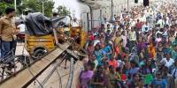 بھارت میں بجلی کا کھمبا اچانک رکشہ پر آگرا