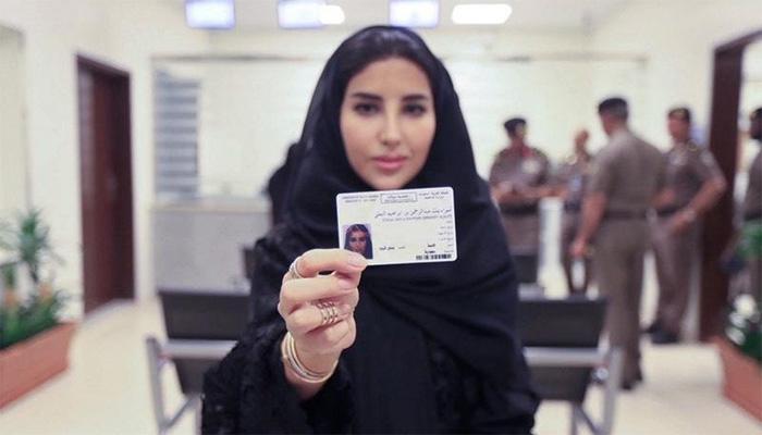 سعودی عرب میں تاریخی لمحہ ،خاتون کو پہلا ڈرائیونگ لائسنس جاری
