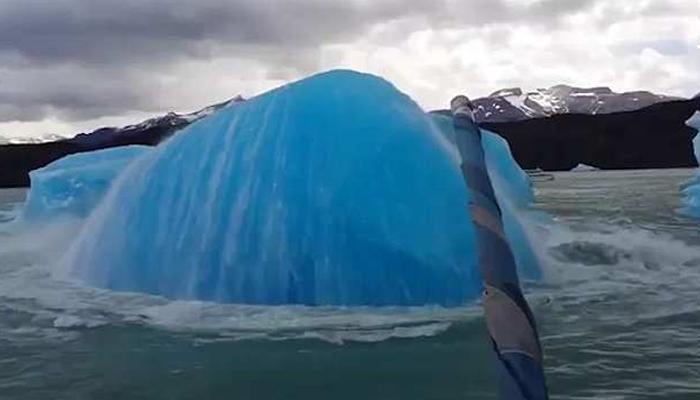 ارجنٹائن میں کشتی کے سامنے برفانی تودہ دوٹکڑوں میں تقسیم