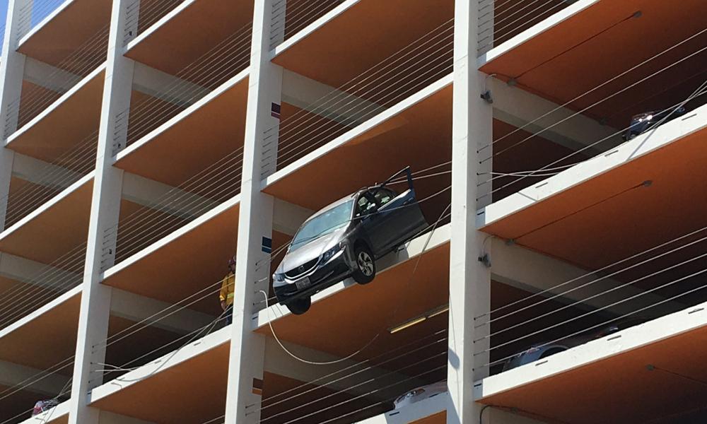 کیلیفورنیا میں بے قابوگاڑی عمارت کی چوتھی منزل پر سرے پر لٹک گئی