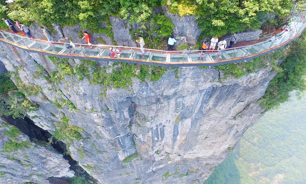 بلند ترین پہاڑی پر بنا خطرناک راستہ