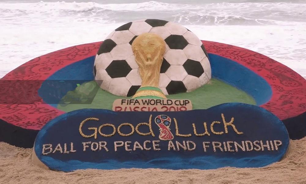 بھارتی مجسمہ ساز نےریت سے فٹبال کپ کا مجسمہ بنا ڈالا