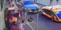 فیفا ورلڈ کپ دیکھنے والوں پر ٹیکسی ڈرائیور نے گاڑی چڑھادی
