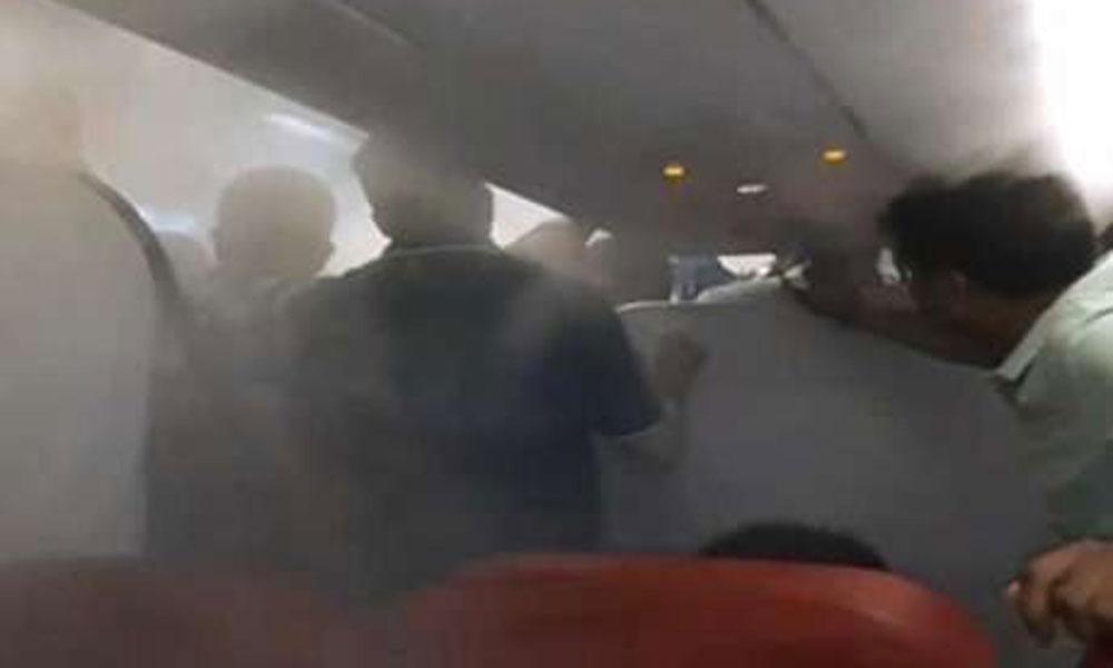 بھارتی نجی ایئر لائن کا مسافروں کو جہاز سے نکالنے کا نرالا انداز