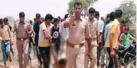 مسلم نوجوان کی لاش گھسیٹ کر لے جاتی بھارتی پولیس کی تصویر وائرل