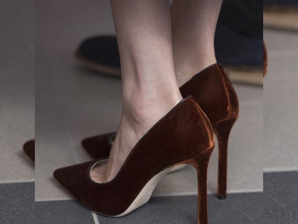 میگھن مارکل اپنے سے بڑے جوتے کیوں پہنتی ہیں؟