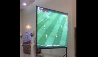 دلہا نے اپنی شادی میں فٹبال میچ دیکھنے کیلئے ہال میں اسکرین لگوالی