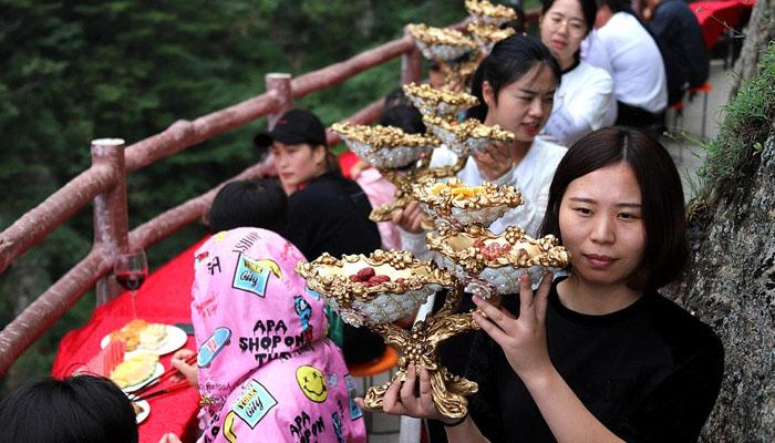 چین: 7ہزار 2فٹ بلندی پرسیاحوں کیلئے مفت دعوت کا اہتمام