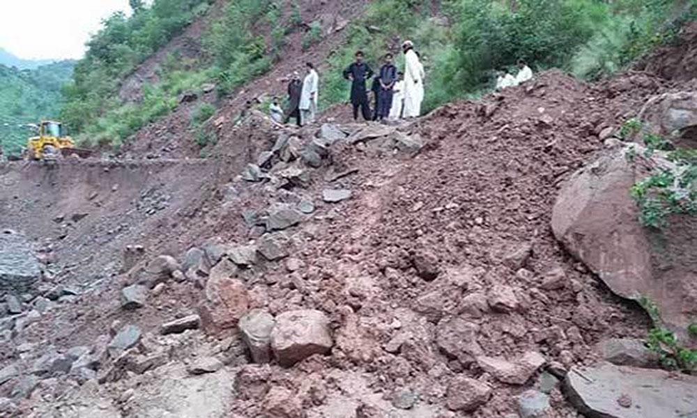 آزاد کشمیر: پہاڑی تودہ وین پر گر گیا، 4افراد جاں بحق