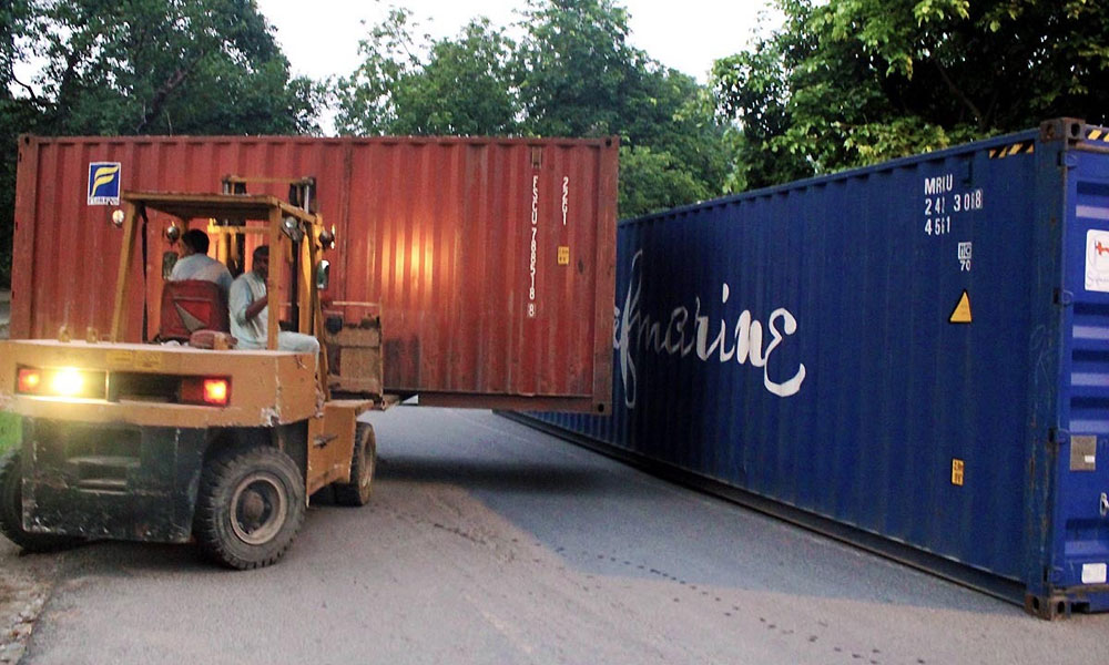 لاہور کی سڑکوں سے کنٹینر ہٹا کر ٹریفک بحال