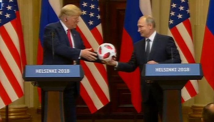 پریس کانفرنس کے دوران پیوٹن کا ٹرمپ کو فٹ بال کا تحفہ