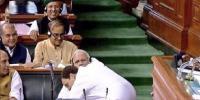 راہول گاندھی تنقید کے بعد مودی سے گلے کیوں ملے؟