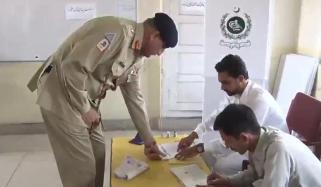 آرمی چیف نے راولپنڈی میں ووٹ کاسٹ کیا