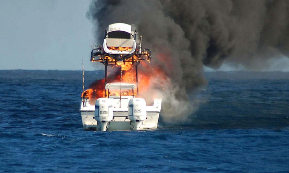 کراچی، سمندر میں کھڑی کشتی جل گئی