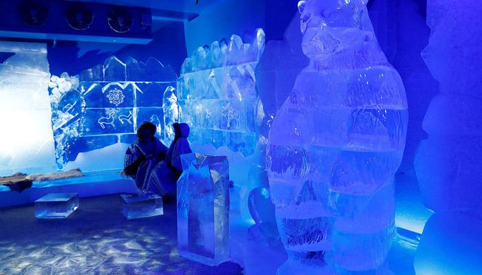 برف کے مجسموں سے سجا آئس بار