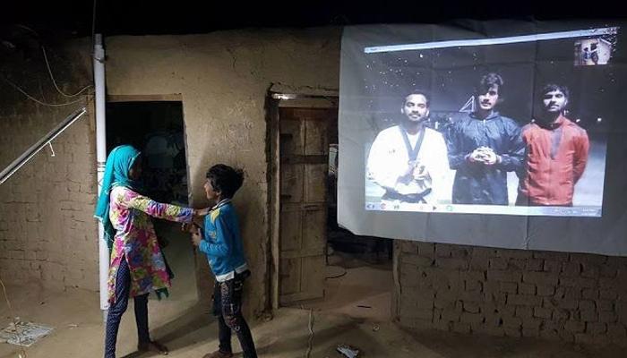 فیصل آباد میں شمسی توانائی سے چلنے والے'سلم اسکول'
