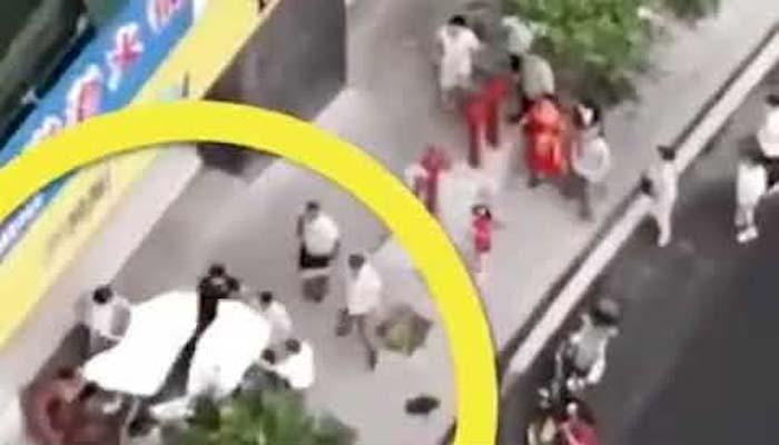 چین :لوگوں نے عمارت سے گرنے والے بچے کی جان بچالی