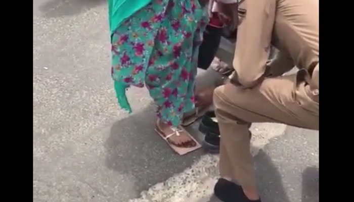 پولیس اہلکار نے خاتون کو اپنے جوتےپہنادیئے