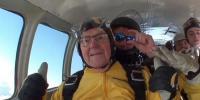 برطانوی دادا جان کی 100ویں سالگرہ پر اسکائی ڈائیونگ