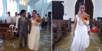 فلپائنی دلہا دلہن سیلابی صورتحال کے باوجود شادی کے بندھن میں