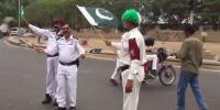 کراچی: ٹریفک اہلکاروں کا قومی ترانوں پر رقص