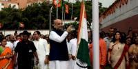 پرچم کشائی کی تقریب کے دوران بھارتی جھنڈ زمین پر آگرا