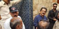 پی ٹی آئی کے منصور شیخ کا شوروم میں جھگڑا، فوٹیج سامنے آگئی