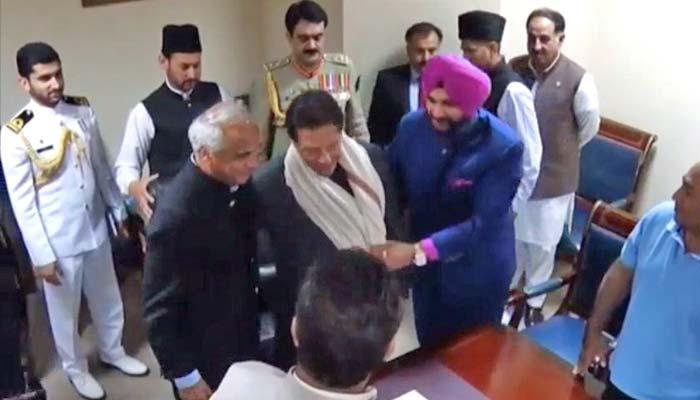 وزیر اعظم سے سدھو کی ملاقات، وزیراعظم کو چادر پہنائی