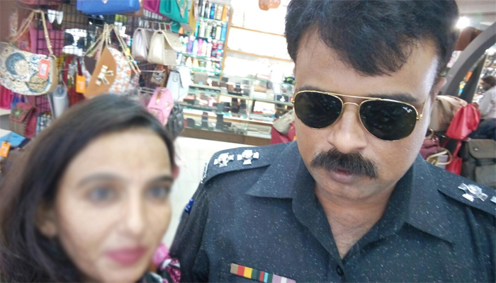 کراچی :قانون کے رکھوالے نے قانون کی دھجیاں اڑا دیں