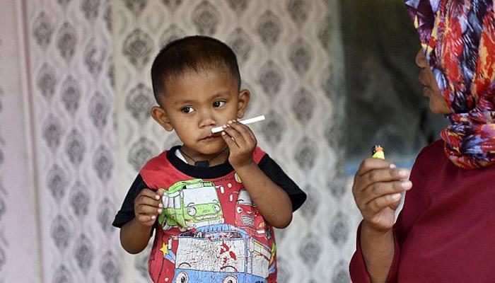 روزانہ 40 سگریٹ پینے والا دو سالہ بچہ