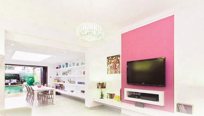ٹی وی والی دیوار کو دلکش  بنانے کے منفرد انداز